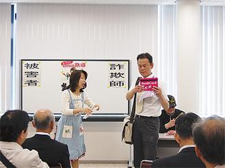 寸劇で事例を紹介(15日、JAセレサ川崎宮崎支店)