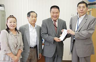 和田区長に義援金を手渡した長沢自治会の竹間会長と役員