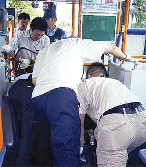 刃物を持った不審者をバス内で取りおさえる私服警官