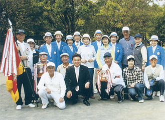 野川南台親和会と審判を務めた高津区ゲートボール協会のメンバーら