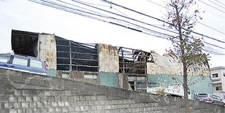 2階部分が全焼した倉庫(今月15日、区内菅生ヶ丘で撮影)