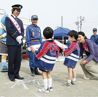 園児から記念品を贈られた西城秀樹さん(左)