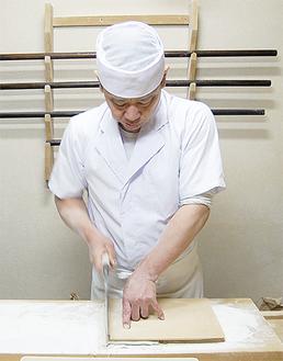 毎朝、そばを仕込むところからすべて手作業で行う店主の大塚達宏さん。丹精込めたそばは「1本1本が愛おしい」と話す