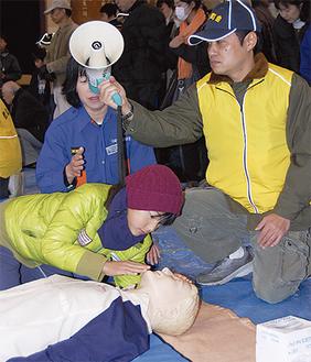 心肺蘇生法を体験する参加者