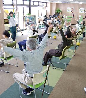 ゆったりとしたフロアでたくさんの人と一緒に運動ができるため、利用者同士の仲間の輪も広がる