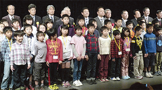 多くの来賓と子どもたちが参加した