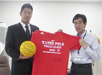 石澤区長(右)にTシャツをプレゼントした若松選手(左)