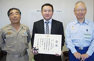 右から庄司茂署長、佐々木泰一さん、吉田義一団長