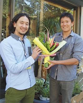 野菜のブーケづくりを始めた木所さん(右)と加藤さん