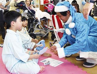 子どもたちにプレゼントを贈る大島選手