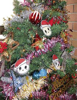 区30周年キャラ宮前兄妹のオーナメントが飾られたツリー