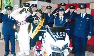 一日署長として適切な通報方法をPRした長野美郷さん(=写真中央)