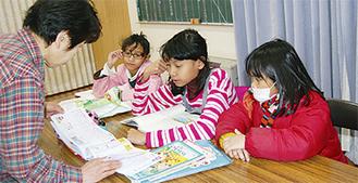 団地内に住むインドネシア国籍の子どもたちに日本語を教える大島さん