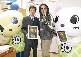アルバムを石澤区長(左)に届けたANCHANGさん(右)