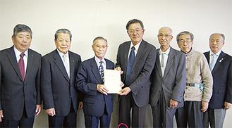 杉田会長(中央右)に寄付金を渡す和田会長(中央左)