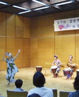 西アフリカの太鼓、ジンベの演奏も披露された(写真提供ここわ)