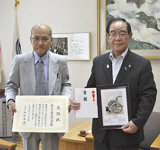 阿部孝夫市長(右)から感謝状を受け取った片山会長(左)