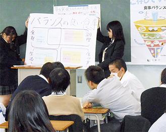 グループ発表を行う北高の生徒ら