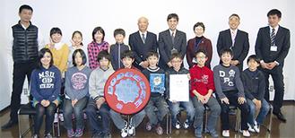 訪問した児童らを石澤区長が激励した