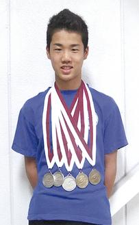 大会メダルを胸に飾る末永さん