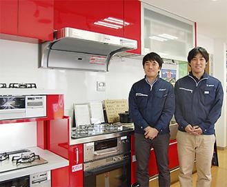 ショールームを備える店内とスタッフの小嶋さん(左)と佐伯さん