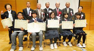 受賞した生徒と審査委員