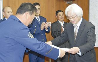 表彰を受ける下谷さん(右)と松井署長