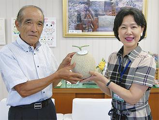 宮前メロンを贈る秋山勲さん(左)と野本区長