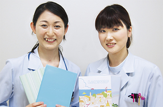 薬剤師の湊川紘子さん(左)と塩川尚恵さん
