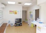 元々あった別の医院を改装。落ち着いた雰囲気の待合室。