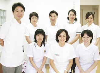 鎌田正広理事長(左)、馬杉綾子院長(下段中央)と女性スタッフら