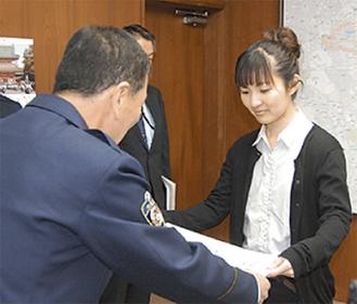 感謝状を受けとる小川さん(右)