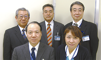 患者相談窓口を担当する北原圭子さん(前段右)と関係部署との連携を図るスタッフら