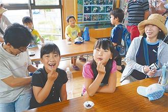 イナゴの佃煮を食べる子どもたち