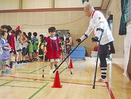 「杖(アンプティ)」サッカーを体験