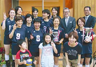 優勝した犬蔵小PTAチームと成建の田畑会長(上段右から2番目)ら