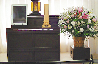 後飾り利用の祭壇。仏壇を祭壇として利用する等、形にこだわらない提案を行う