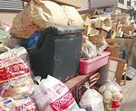 路上に積まれる家財道具等の廃棄物