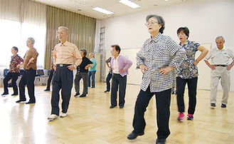 足並みを揃えて踊るメンバー