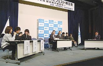 福田市長(右)に意見する高校生(左)