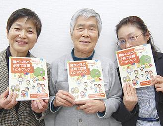 代表の新井さん(中央)と編集長ら
