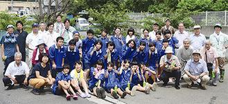 平瀬川の清掃活動に参加したメンバーと地元中学生
