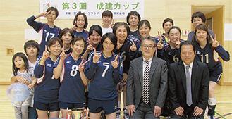 優勝した西野川クラブと成建の田畑会長(下段右から2番目)