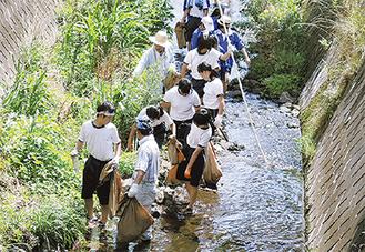 地元中学生も参加した清掃活動の様子