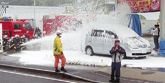 実際に泡を出して訓練に取り組む消防隊員
