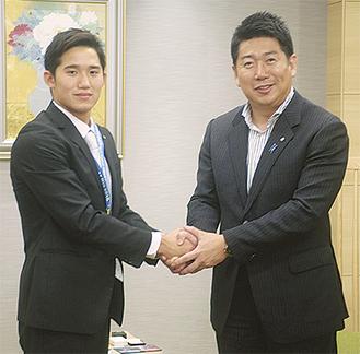 福田市長とガッチリ握手する荒井選手(左)