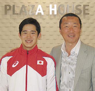 荒井選手と柳社長(右)