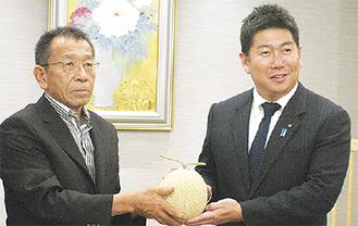 メロンを贈呈する井上さん(左)と福田市長