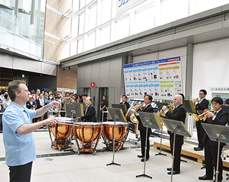 オープニングファンファーレを演奏する東京交響楽団