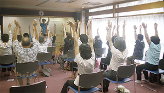 介護予防体操を体験する参加者
